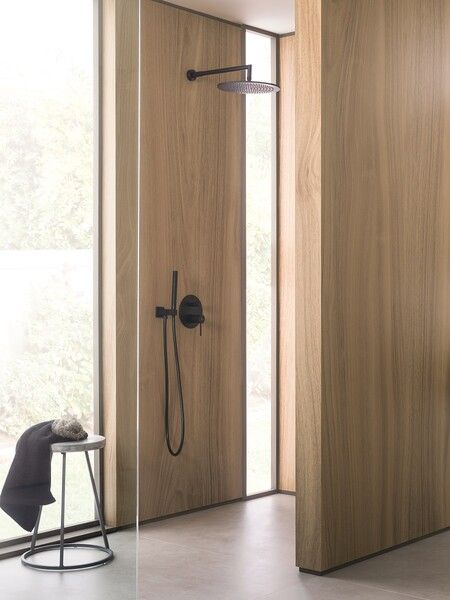 Shower in black